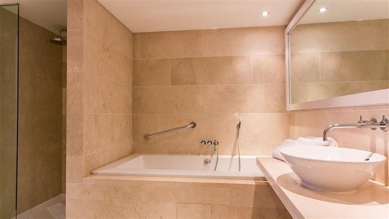 Junior Suite bathroom Correct  3000