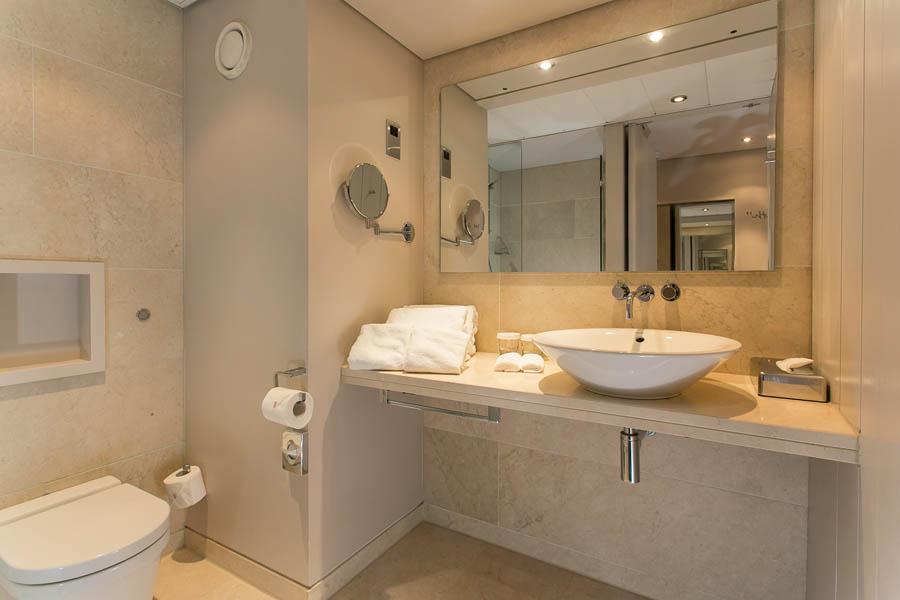 King Deluxe Guestroom Bathroom