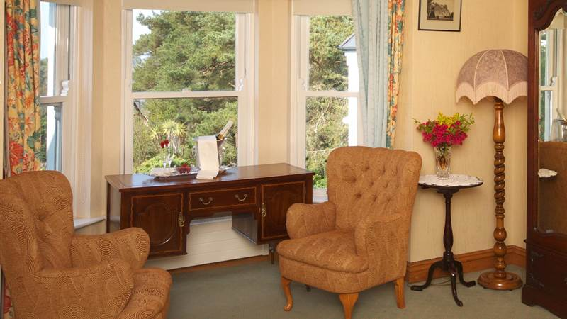 Bedroom decorated with fine antiques  - Seaview House Hotel