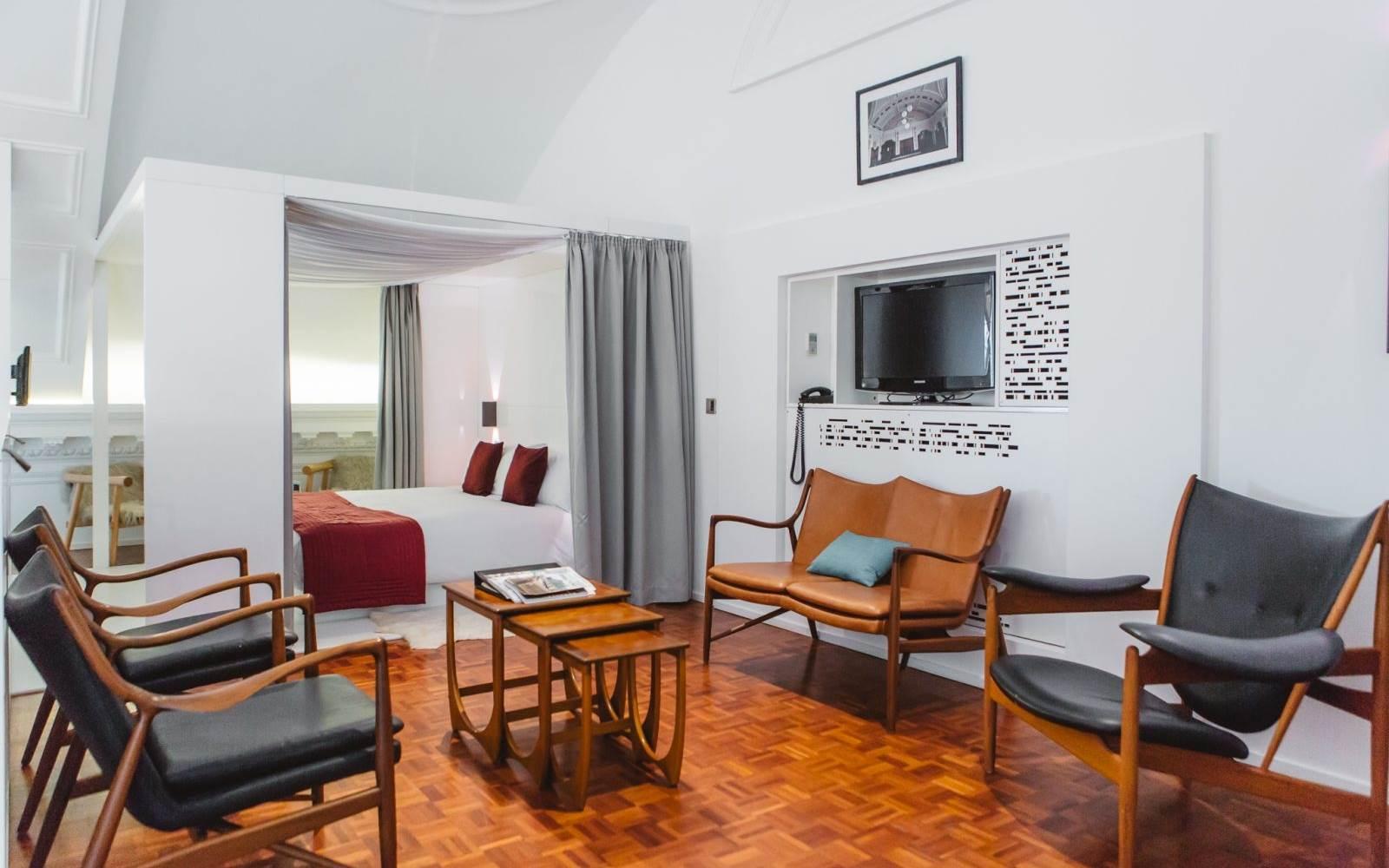 de montfort suite living room