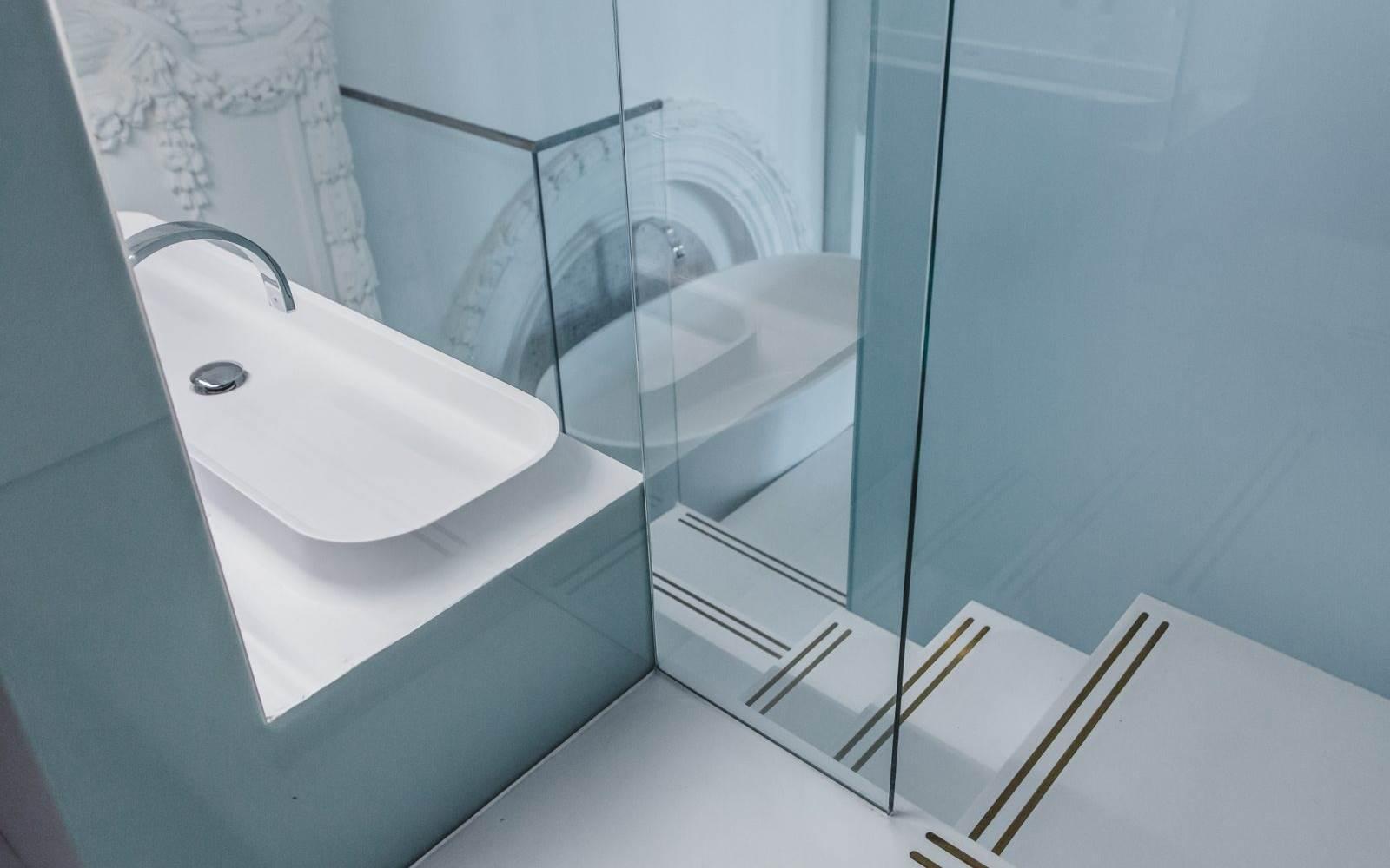 De Montfort Suite restroom